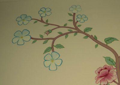 muurschildering meisjeskamer bloemen en vlinders