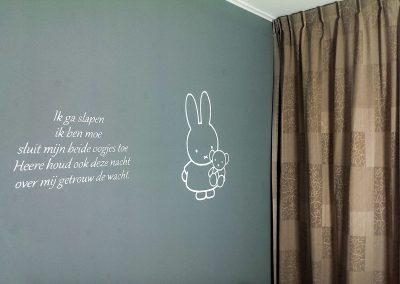 muurschildering babykamer tekst en nijntje