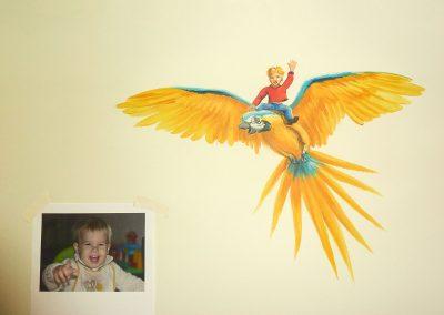 Muurschildering jongenskamer jongen op papegaai
