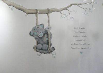 muurschildering-babykamer-me2you-beertje-schommel-3